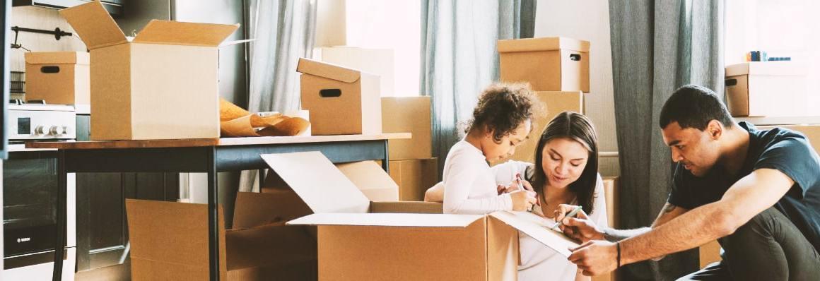 Couple avec enfant préparant son déménagement