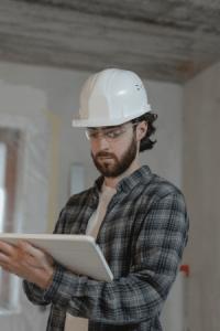 Architecte effectuant le suivi de la construction d'une maison