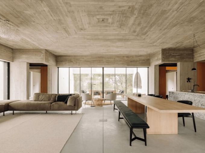 Le salon à triple perspective constitue le cœur de Casa Meco au Portugal