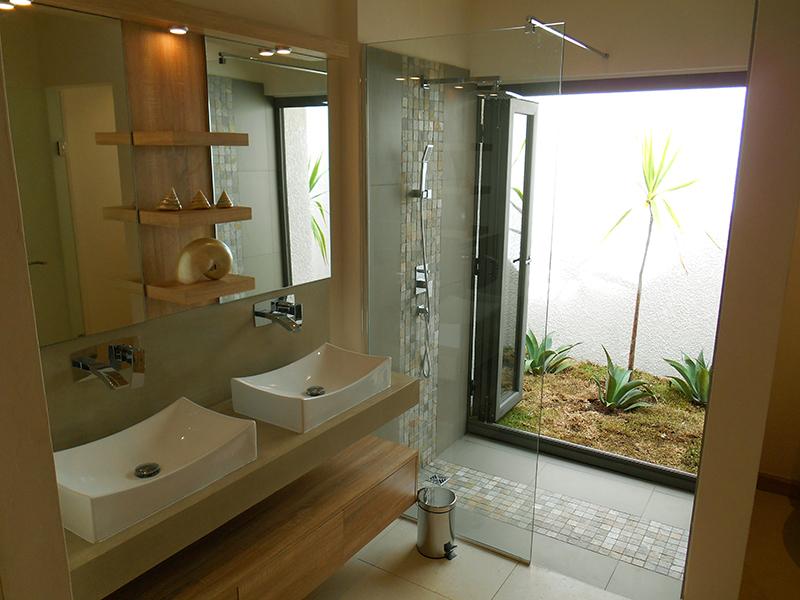 10 la salle de bain principale avec ouverture exterieure