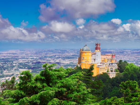 Le palais de Pena (en portugais : Palácio Nacional da Pena) est un édifice historique portugais situé sur l'une des cimes des monts de Sintra, au cœur d'un parc ..