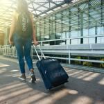 jeune expatriée à l'aéroport
