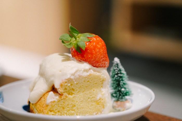 【甜點食譜】草莓奶蓋戚風蛋糕|長的實在太夢幻!是甜點還是飲料,原來奶蓋也可以拿來妝飾戚風蛋糕