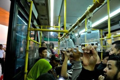 suasana dalam bus apron