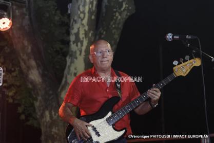Bertie Texier à la basse du groupe Maddogz en concert, Place de la Marine à Agde le 16 juillet 2019