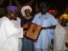 Former Deputy Governor, Lagos State, Prince Abiodun Ogunleye presenting the award to Mr Erogbogbo