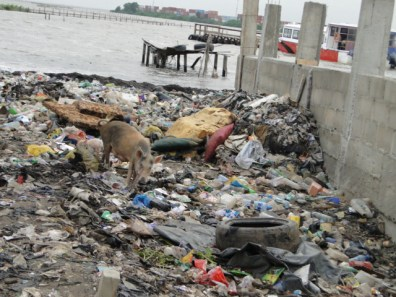Typical state of our shorelines across Ikorodu. This is the state of the shoreline where a popular ferry servive company is situated. THE IMPACT gathered that efforts by the ferry operators in Ipakodo to get the Marine Department of the Lagos State Waste Management Authority (LAWMA) to perform its primary duty has proved abortive.