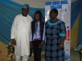 Aremu Oyinkansola the best student in English Language (SSS 2), her mother (R) with Sen. Ogunlewe