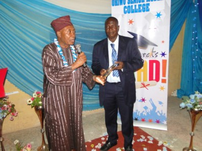 Representative of TG/PS Education district II receiving award from the Chairman of the occassion, Alhaji Aremu sule