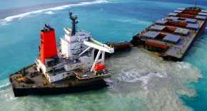 MV Wakashio split and spilling fuel