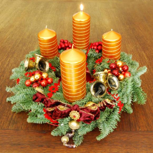 """La """"Corona de Adviento"""" es una tradición cristiana que con su verdadero significado se está perdiendo entre los latinos. Se ha transformado en las coronas con ramas naturales o artificiales que se colocan en la puerta. Simbolizaba originalmente las cuatro semanas del Adviento católico, con cuatro velas."""
