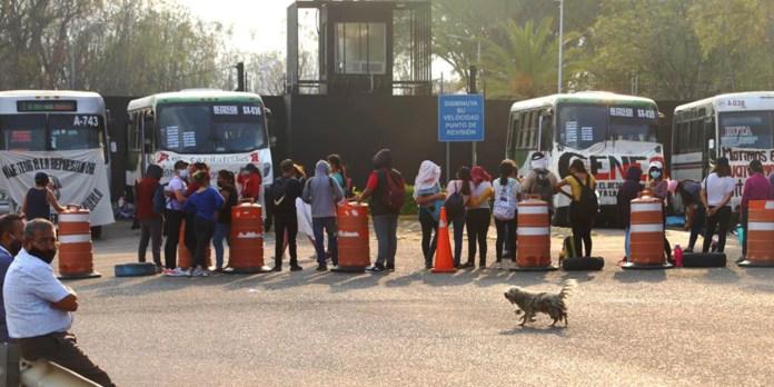 Se pierden 62 vuelos en el Aeropuerto Internacional de Oaxaca por bloqueo  de normalistas | El