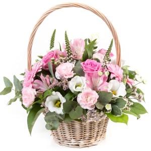 composizione in cesto fiori misti di stagione sulle tonalità del rosa e del bianco