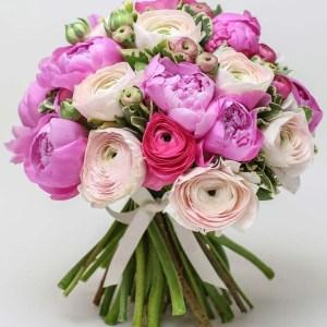 Bouquet misto con ranucoli e peonie.