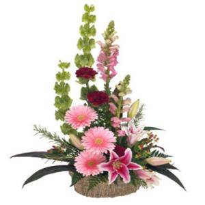 composizione fiori di stagione sulle tonalità del rosa