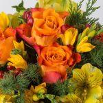 bouquet con rose arancio e fresie gialle