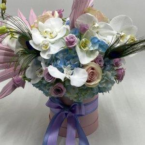 scatola con fiori freschi e secchi dai toni pastello