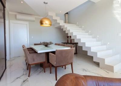 Porcelanato marmorizado e escada sem corrimão!