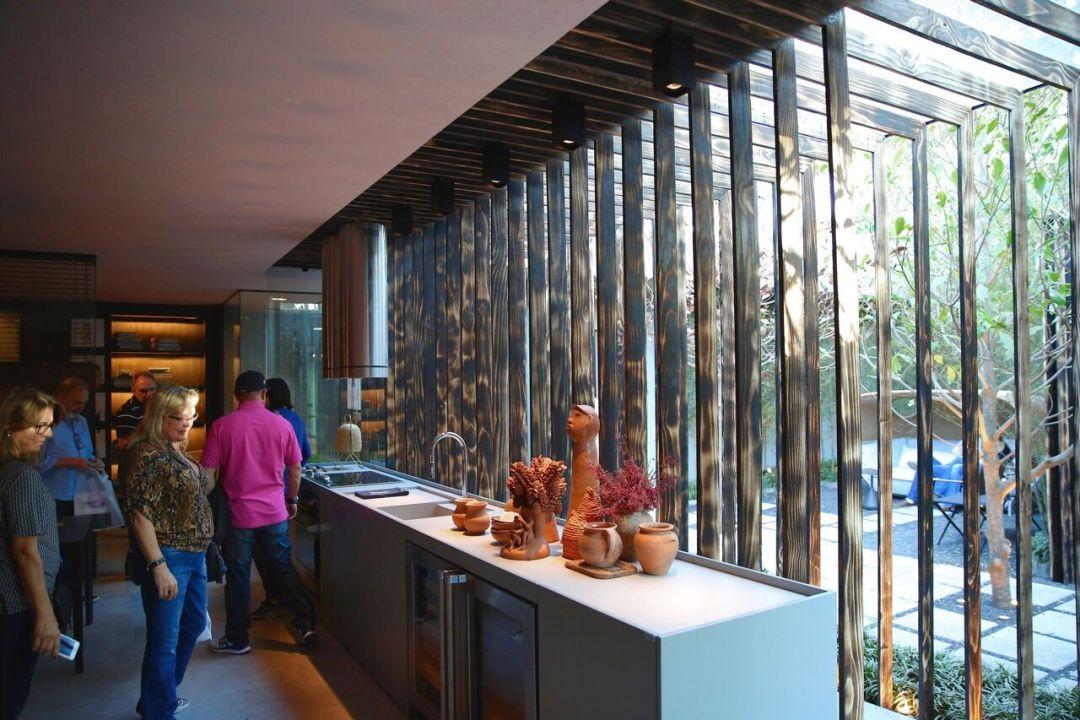 Ripas de madeira garantem projeto de linhas retas e traços arquitetônicos bem marcados.