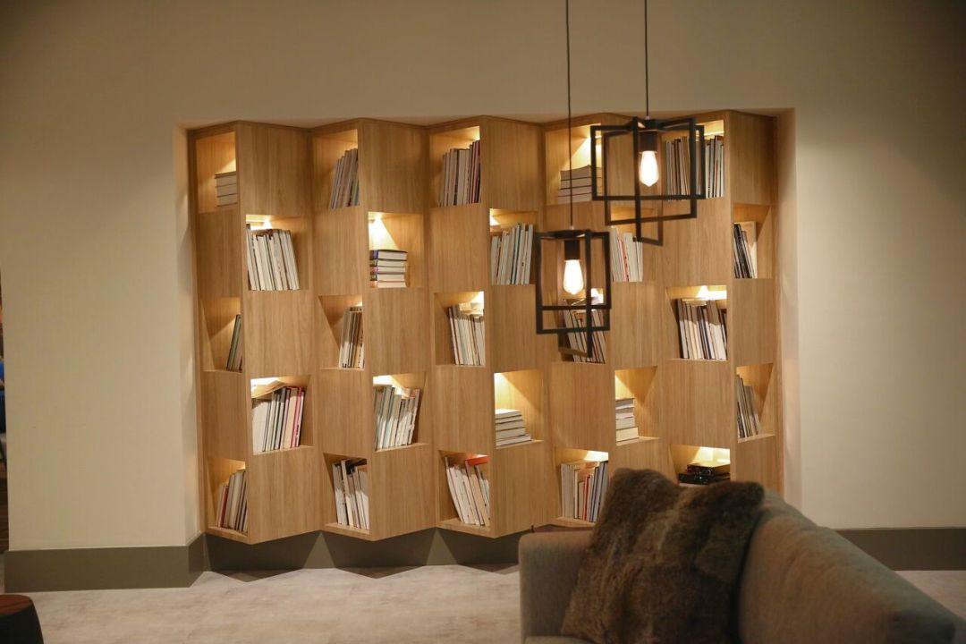Marília Veiga arrasou com esta estante modular com nichos em ângulos.