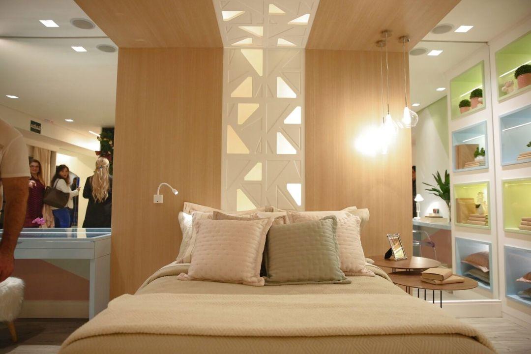 Lindo mix de painel branco, madeira e geometria!