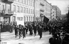 Vappumarssi Tukholmassa 1917. Mielenosoittajat vaativat rauhaa maailmaan.