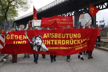 Bündnis gegen imperialistische Aggressionin (Liitto imperialistisia aggressioita vastaan) banderolli vappuna 2015 Hampurissa. Taustalla nähdään myös banderolli ATIK-järjestön tueksi sen EU:ssa kohtaaman poliisivainon johdosta.