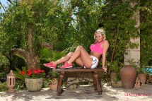 Stacey-Robyn-garde-pink-top-and-white-shorts_002