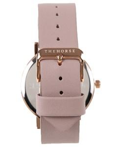 スモークピンクの色のベルトが女性らしい腕時計