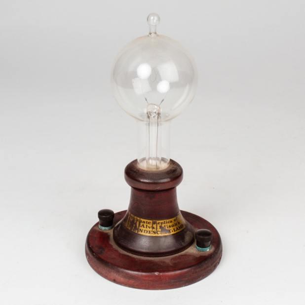 Eksistensi Edison Sebagai Penemu Lampu - - Dianggap Bodoh, Orang Ini Ternyata Berjasa Sebagai Penemu Lampu - ebth.com