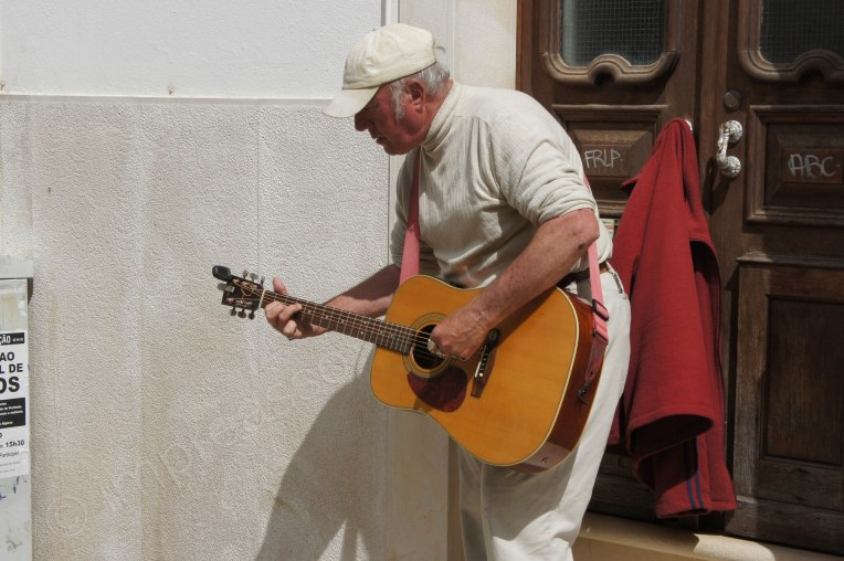 kanadischer senior strassenmusiker in lagos, portugal