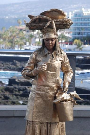 fischerfrau am fischereihafen in puerto cruz entsprechend der gleichnamigen skulptur