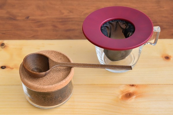 Coffee brewing apparatus with ground coffee and a coffee scoop