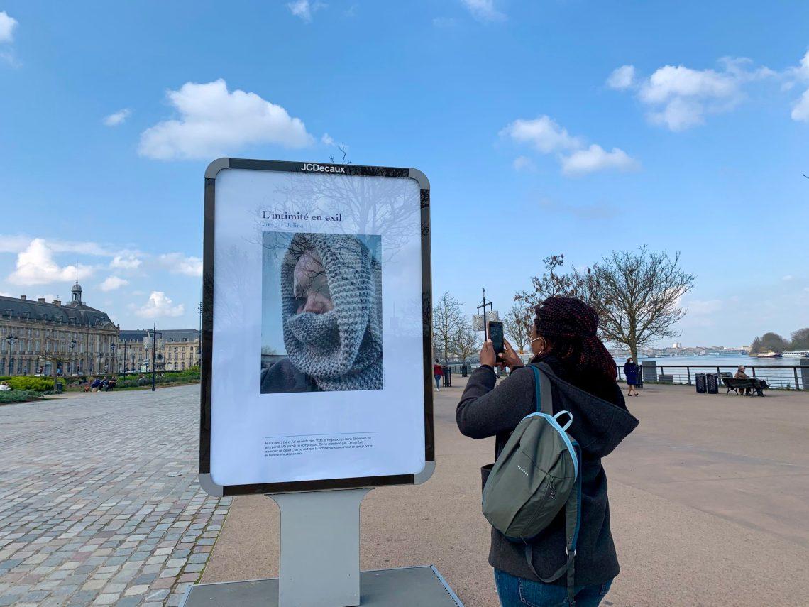 """Des femmes migrantes dévoilent leur """"intimité en exil"""" dans une exposition photo"""