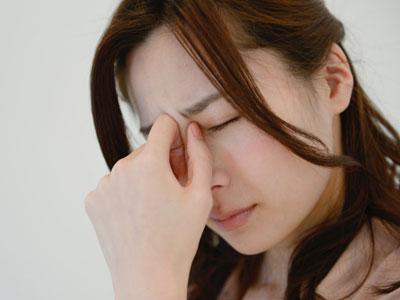 貧血の主な症状は、めまいや立ちくらみ、頭痛、息切れ、眠気