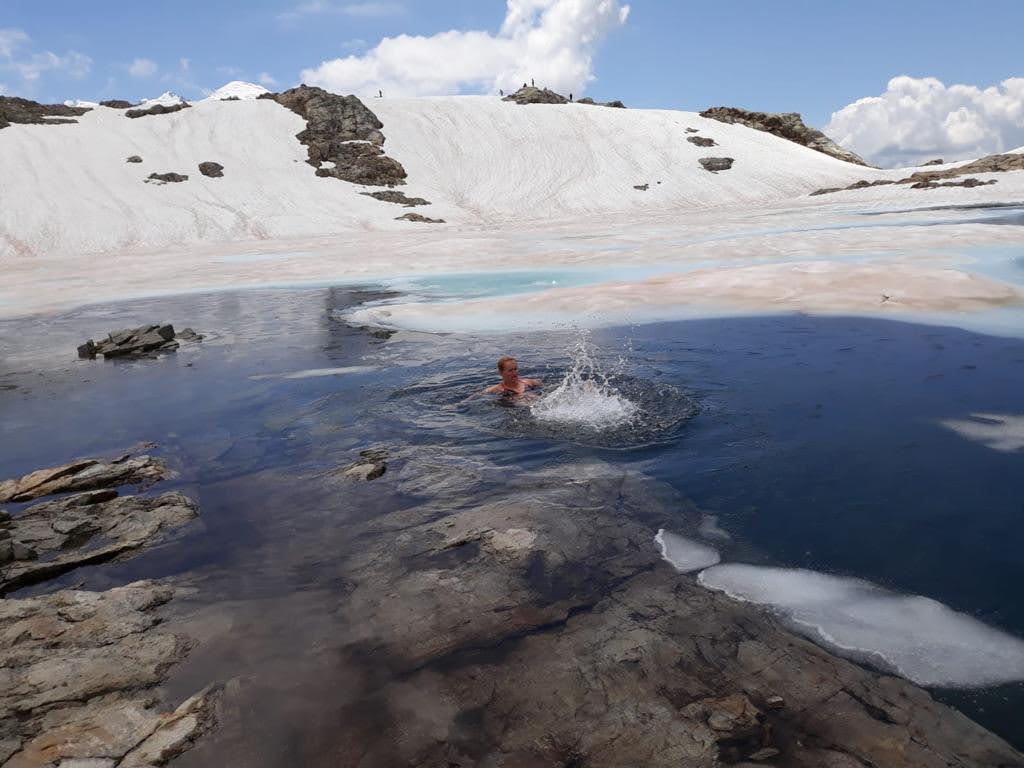 Nage en eau glacée en randonnée