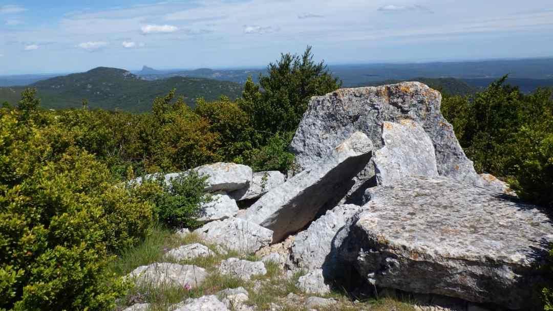 Le dolmen, visible en descendant du Mont Saint Baudille