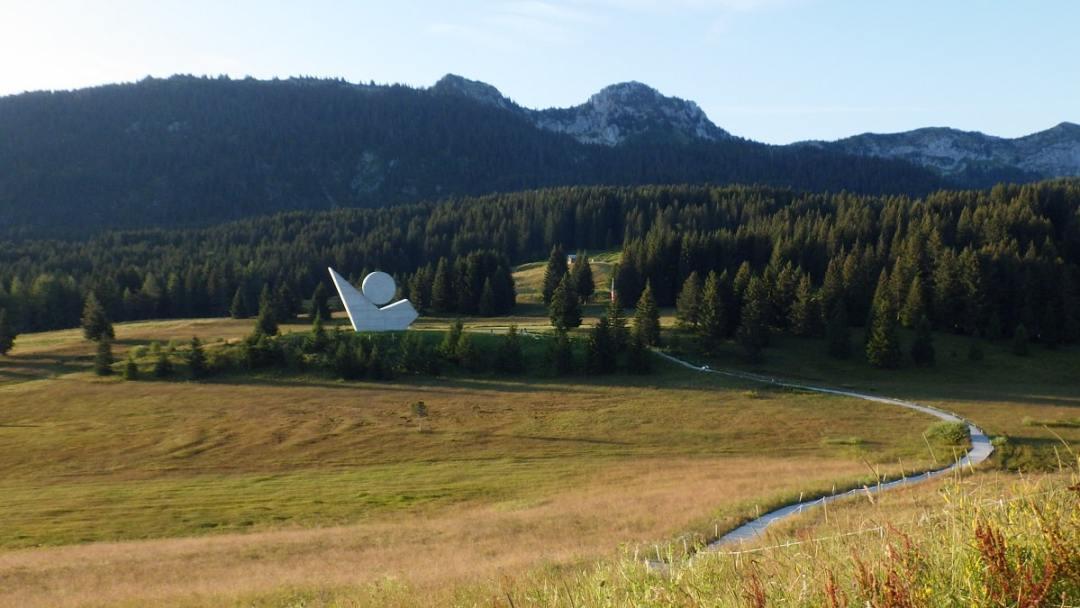 du plateau des glières aux chalets des auges: le monument