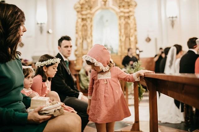 Continuamos con más detalles y fotos preciosas de una de nuestras novias a medida, Macarena. La boda de ceremonia religiosa, no pudo ser más emotiva, tanto por el lugar escogido, las personas allegadas que leyeron unas palabras y la música elegida. Sigue leyendo y te descubrimos todos los detalles.