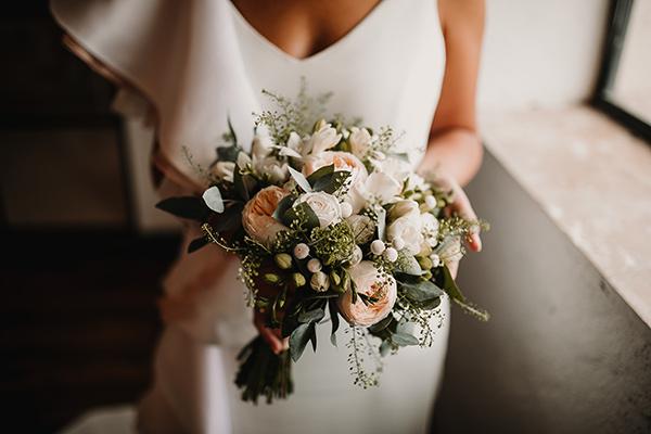 Vestido de novia de la firma Impúribus realizado a medida. Ramo de flores para boda