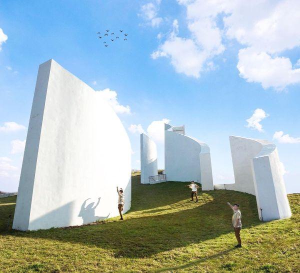 彰化慶安水道旁新落成的彰化自然生態教育中心又被稱為是「白色海豚屋」