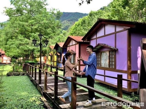 ▲歐式風格的「水上花屋」更是農場的特色景點,色彩繽紛的外觀總吸引不少人前往拍照。(圖/記者簡仲豪攝)