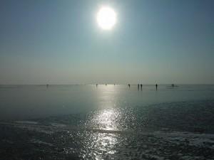 Sonne über dem gefrorenen See