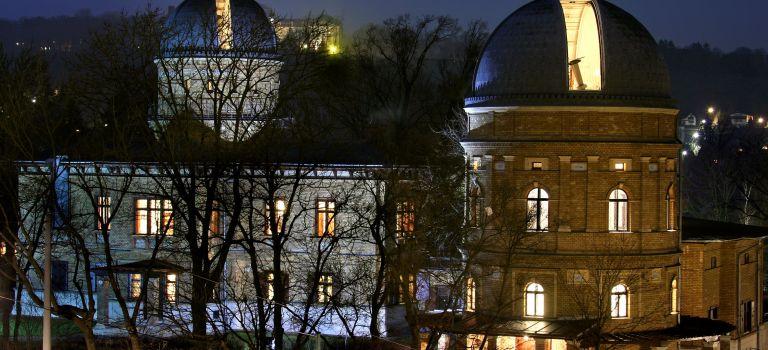 Kuffner-Sternwarte bei Nacht