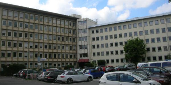 Die Stadthäuser, rechts zum Konrad-Adenauer-Platz, links zur Gohrsmühle, stammen aus den 50er Jahren