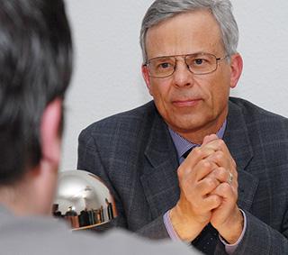 Jörg Krell hört sich die Argumente der Bürgerentscheid-Verfechter an
