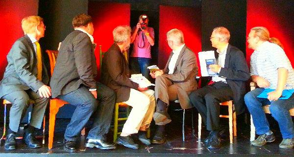Sechs Bürgermeisterkandidaten auf der Bühne des Theas
