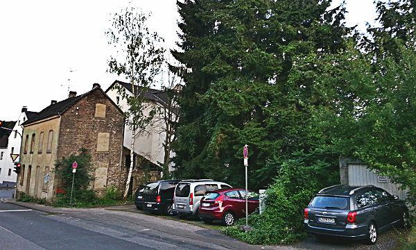 Das schmale Grundstück zieht sich weit die Jägerstraße hoch und schließt die Garage ganz rechts ein.