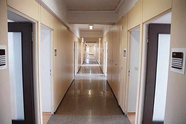 Derzeit liegen entlang der Flure Büros. Die vier Etagen sollen komplett entkernt und neu aufgeteilt werden.
