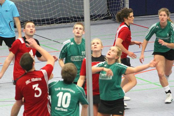 Spielszene aus dem letzten Meisterschaftsspiel TuS S1 (grüne Trikots) gegen Albatros